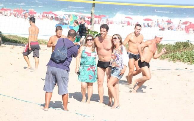 Depois do jogo, Márcio Garcia tirou fotos com fãs que estavam na praia...