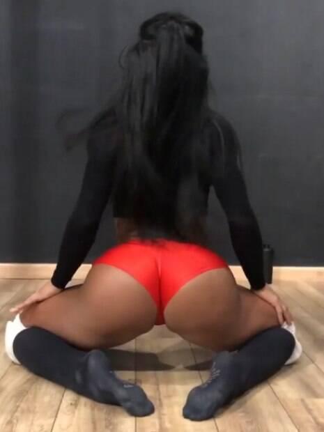 Gracyanne Barbosa impressiona seguidores com dança sensual