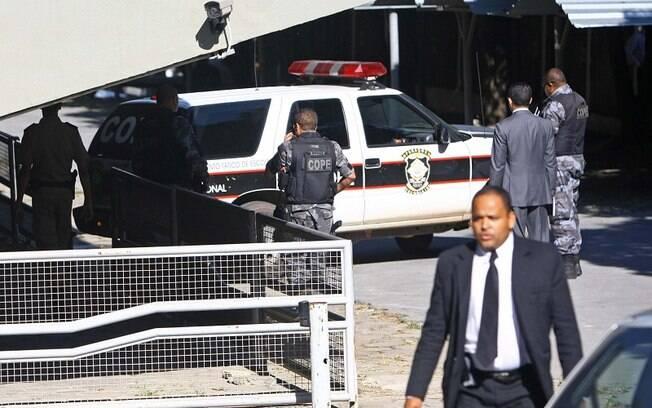 Chegada do ex-goleiro Bruno no Fórum de Contagem (MG) nesta terça-feira contou com o apoio de policiais