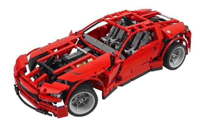 Um supercarro ou um Hot Rod? O modelo Lego Technic Super Car pode ser montado das duas formas, aproveitando o motor V8 com pistões que se movem.