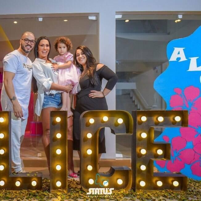 Gracyanne Barbosa e a família