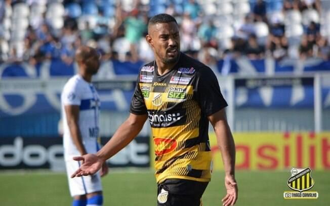 Bruno Aguiar comemora boa fase com a camisa do Novorizontino