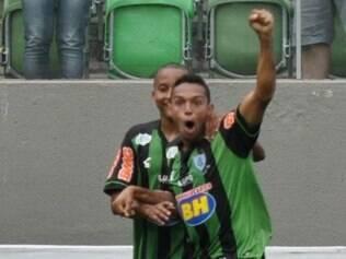 Lateral-esquerdo Gilson comemora gol que garantiu a vitória sobre o Luverdense