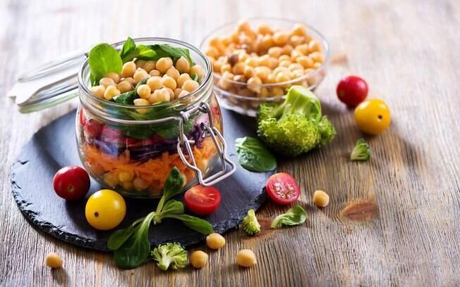 A carne pode ser substituída por alimentos vegetais ricos em proteínas