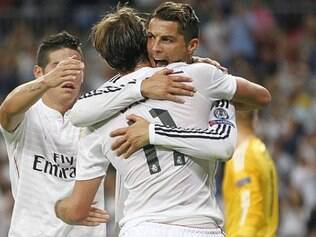 James Rodríguez, Bale e Cristiano Ronaldo comemoram um dos gols da vitória