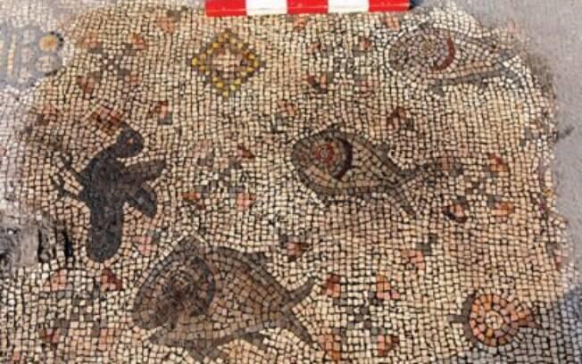 Pássaros, frutas e peixes compõem o mosaico achado por arqueólogos no Mar da Galileia, em Israel.