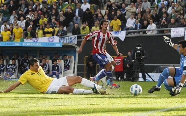 Justo Villar faz mais uma importante defesa  no primeiro tempo e Lucio cai levantando areia no  estádio argentino