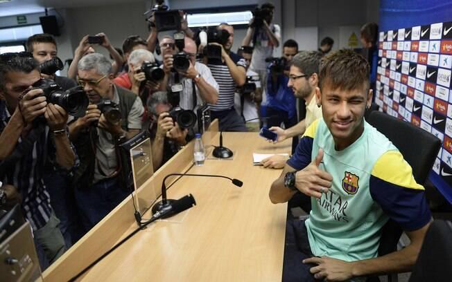 Neymar concedeu entrevista coletiva em  Barcelona nesta quinta-feira (01/08/2013)