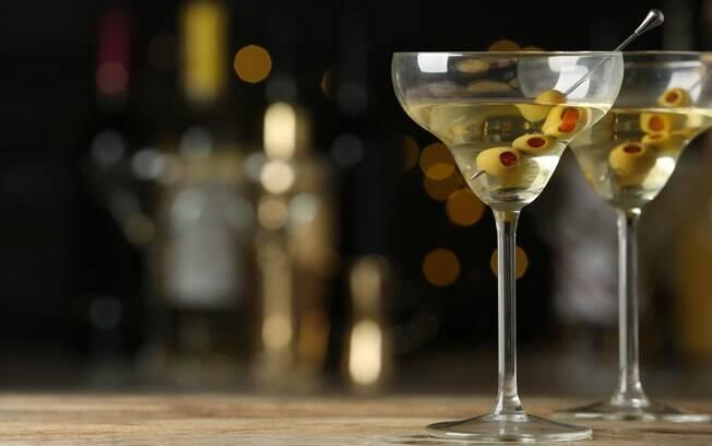 O martini leva gin e costuma ser servido com azeitona; veja a receita