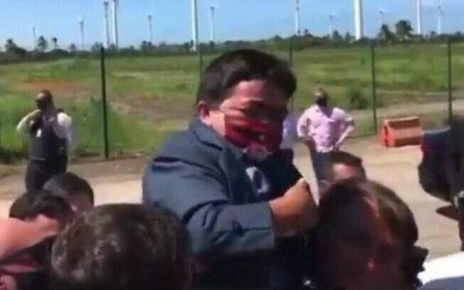 Bolsonaro carregou anão nos ombros na segunda-feira (17/8)