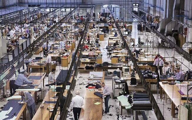 Alfaiates trabalham na fábrica da Kiton, na Itália. São cerca de 350 funcionários
