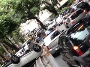 Capotagem complicou o trânsito na avenida