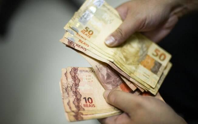 O valor médio do Bolsa Família é de aproximadamente R$ 190, enquanto o auxílio emergencial em agosto era de R$ 600