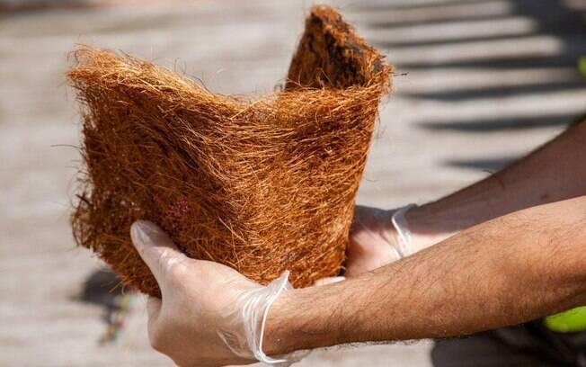 Para que a fibra de coco se adapte melhor, amasse a placa e dê o formato de um cachepô . Foto: Edu Cesar/Fotoarena