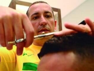Experiência. César Martins atende jogadores de futebol em seu salão desde o fim da década de 90