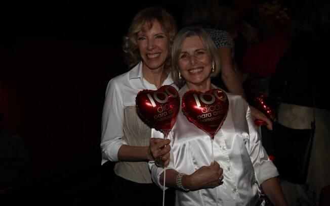Marília Gabriela e Irene Ravache brincam com bexiga de coração representado na peça