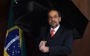 Em Pelotas (RS), estudantes ironizam vídeo de Weintraub com guarda-chuva