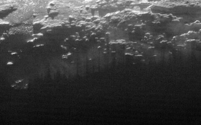 Sol iluminou névoa baixa em Plutão