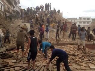 Terremoto de 7,8 de magnitude deixa centenas de mortos no Nepal