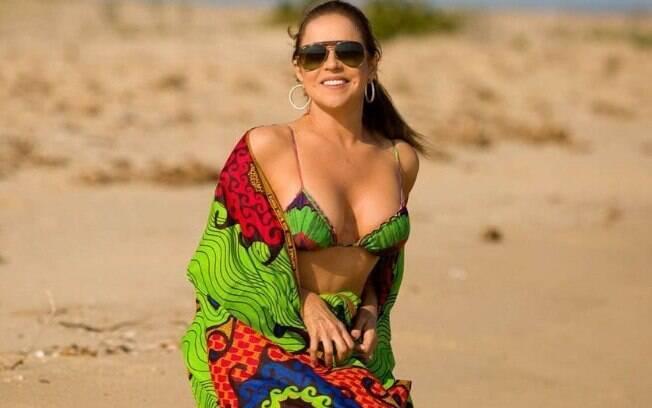 A cantora Daniela Mercury posou de biquíni em passeio para Moçambique e conquistou diversos elogios nas redes sociais
