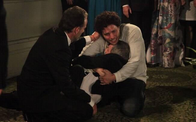 Márcio (Thiago Fragoso) chora a morte do pai Salomão (Daniel Filho), em