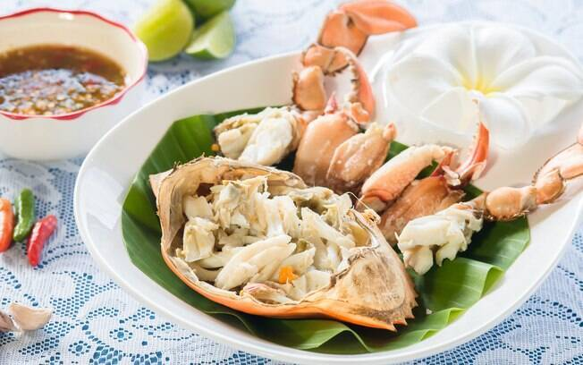 Caranguejo aberto em um prato