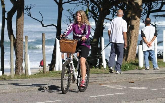 Susana Werner colocou os exercícios em dia na  orla da Barra da Tijuca, no Rio, acompanhada de  sua personal treinar