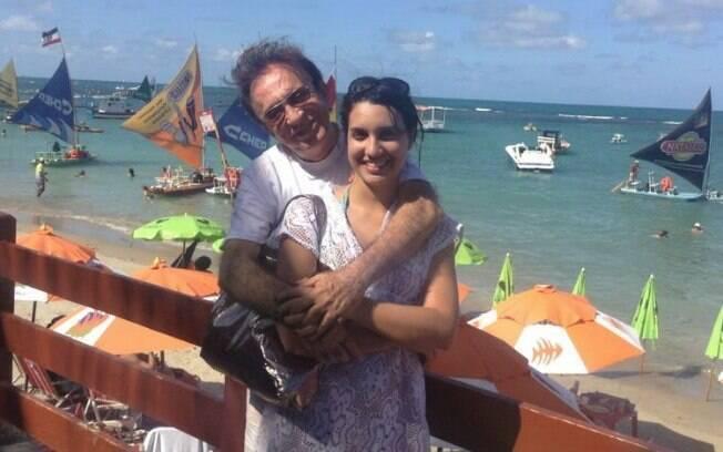 56 ANOS: Moacyr Franco (76 anos) e Pamela Noronha (20 anos) já exibem até aliança de compromisso
