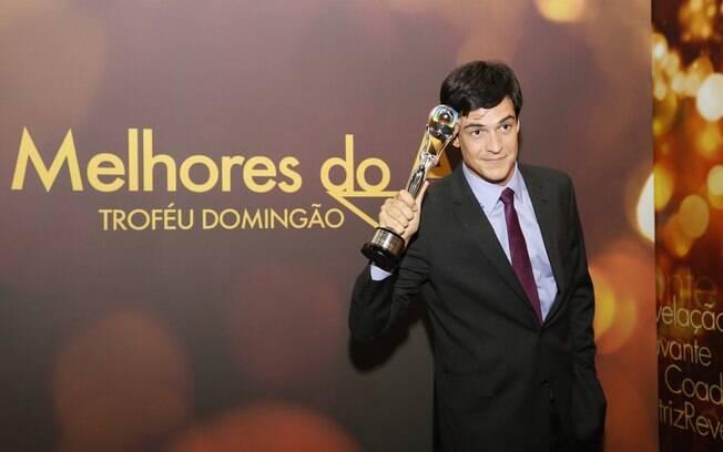 Mateus Solano com seu troféu de melhor ator