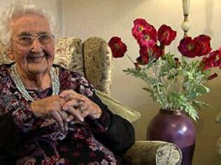 A britânica Nora Hardwick, de 102 anos de idade, defende a filantropia como fator de longevidade