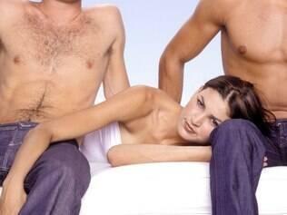 Sexo a três pode dar muito prazer e enriquecer a relação de um casal, mas deve ser planejado