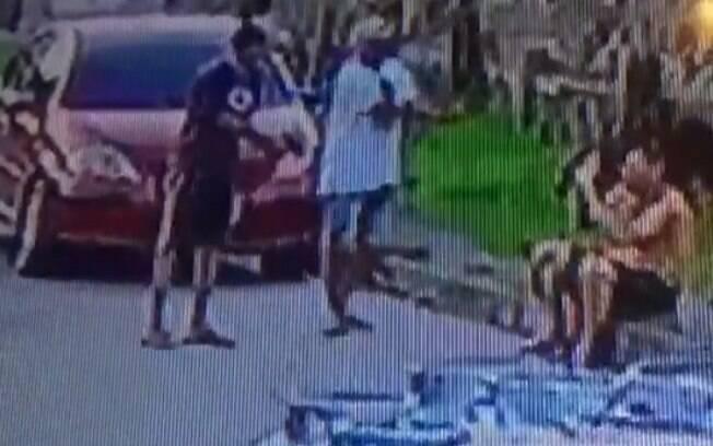 Câmeras de segurança gravaram o momento em que o sargento é executado por dois homens