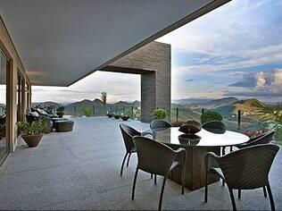 A varanda com vista para a natureza atrai a atenção do sagitariano. Projeto da arquiteta Gislene Lopes