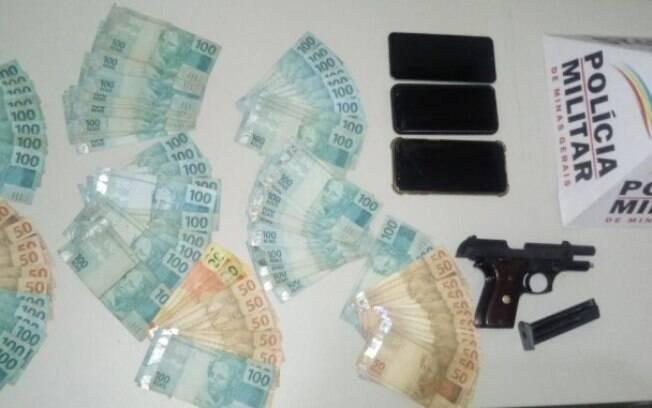 Dinheiro e arma foram encontrados com quatros suspeitos de envolvimento com o crime