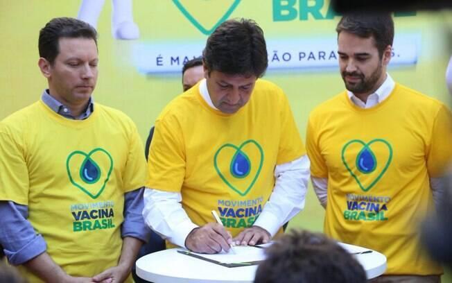 Ministro da Saúde, Luiz Henrique Mandetta (centro), durante evento de lançamento da Campanha Nacional de Vacinação contra a Gripe