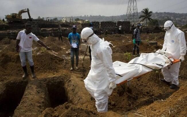 O enterro é uma prática que contribuiu para a rápida propagação do vírus. No enterro da jovem que morreu na última semana, o corpo foi carregado por cinco pessoas