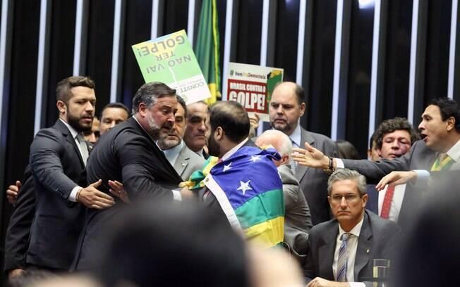 Deputados discutem logo no começo de sessão na Câmara. Foto: Antonio Augusto/Câmara dos Deputados - 17.04.16