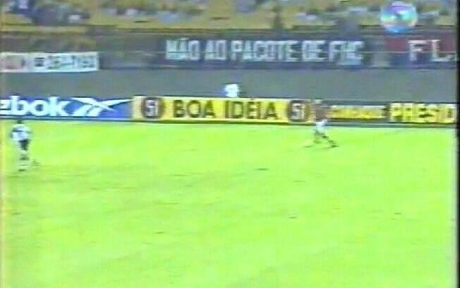 A faixa 'Não ao pacote de FHC' apareceu na transmissão da Rede Globo em 1997/98