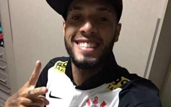 Paulinho, atacante do Flamengo, usou camisa do Corinthians nas férias