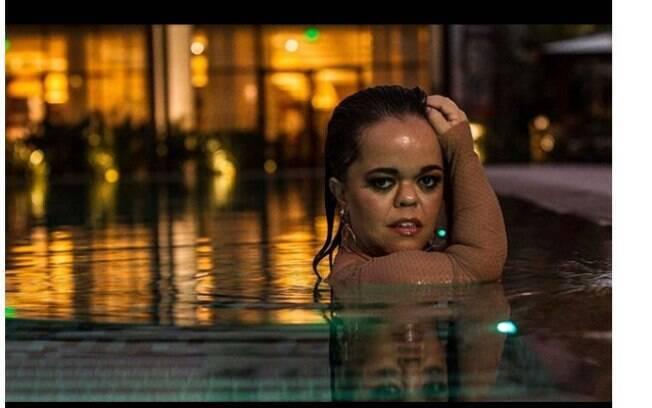 Juliana Caldas sensualiza com carão em clique dentro de uma piscina