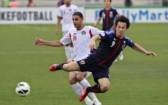 O japonês Okazaki é derrubado pelo jordaniano  Othman. A Jordânia venceu por 2 a 1
