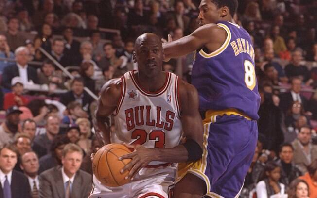 Jordan encara Kobe Bryant no All-Star Game de  1998. Astro do Bulls foi o MVP do evento pela  terceira vez