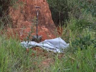 Corpo de homem ainda não identificado foi achado no meio do mato no Riviera