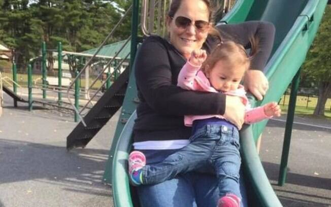 A mãe da garotinha que quebrou a perna no parquinho, resolveu falar com outros pais sobre cuidados com crianças