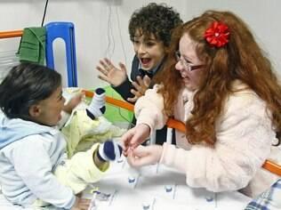 Guilherme Seta e Vitória Diniz brincam com paciente do hospital