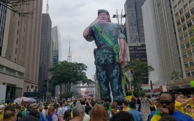 Manifestações a favor de Bolsonaro tiveram até boneco inflável do general Mourão, vice da chapa