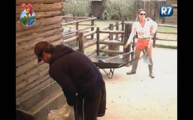 Joana pega pá para limpar esterco da vaca