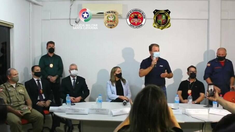 Autoridades participam de entrevista coletiva para detalhar ataque a creche em Saudades, SC
