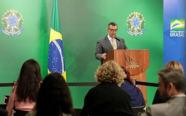 Porta-voz da presidência, Otávio do Rêgo Barros anuncia detalhes da MP assinada por Jair Bolsonaro nesta segunda-feira