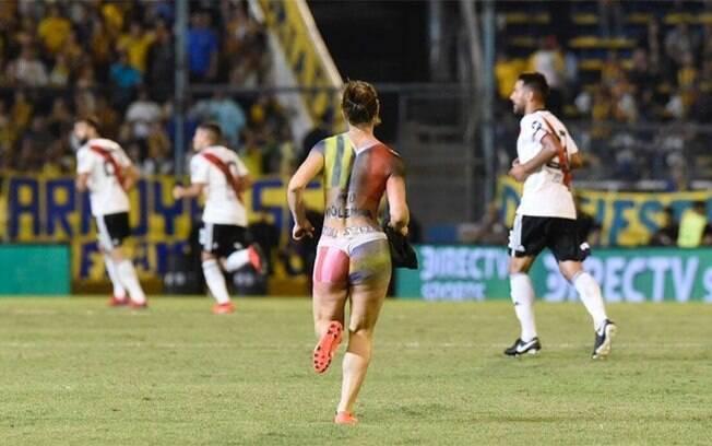 Mulher seminua invadiu o gramado durante o jogo entre Rosario Central e River Plate